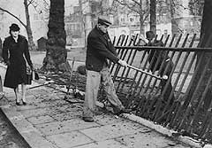 Removing railings (Photo: Imperial War Museum)
