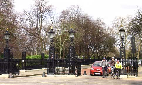 Replacement gates to Regent's Park at Park Square East